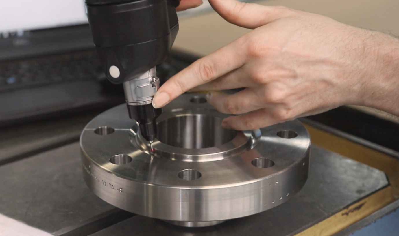 What conditions should flanges meet for the gauge manufacturer?